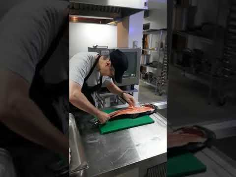 cara memotong ikan salmon cepat dan rapi