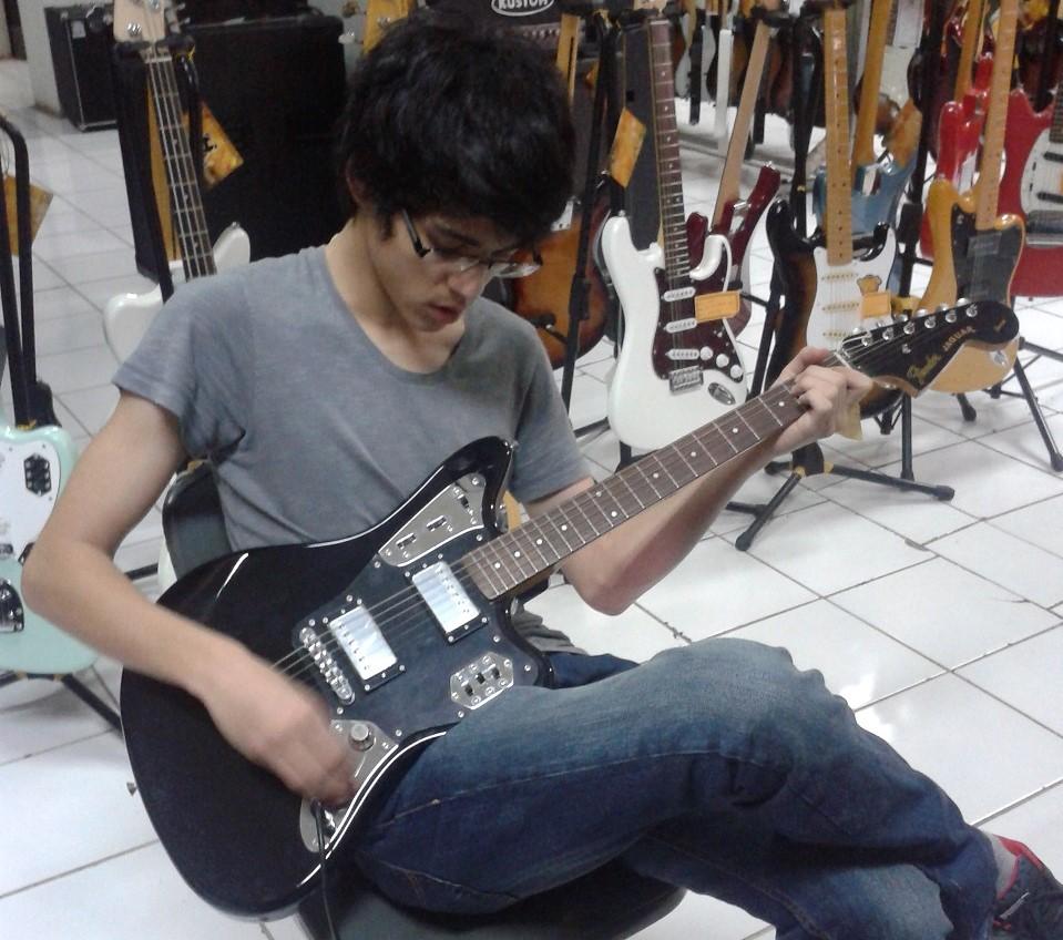belanja macam macam guitar di Jakarta dengan Maxime