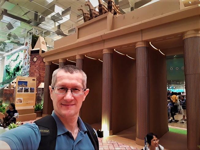 WOW!! kota buatan kardus di Changi airport Singapura May 2018
