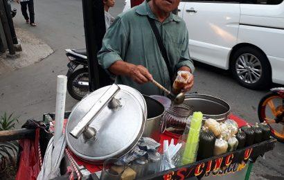 Jualan makanan buka puasa di Jalan Bangka Jakarta May 2018